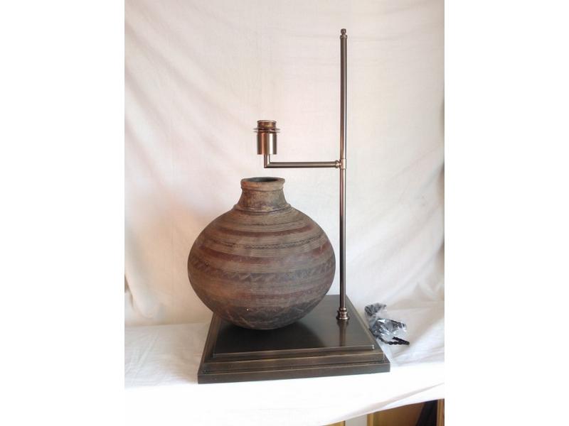 Lámpara de mesa con vasija de barro
