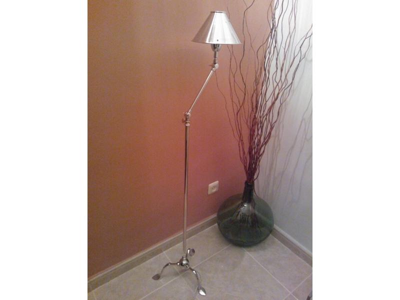 Lámpara de pie de acero
