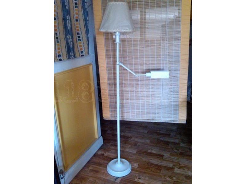 Lámpara de pie lacada en blanco