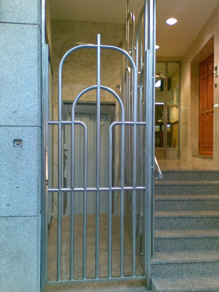 28 Cerramiento y separación con barandilla acero inoxidable 768x1024 - Trabajos en acero inoxidable en Madrid