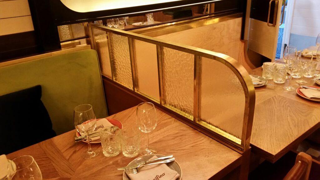 50 Separador de mesas en latón y cristal 1024x576 - Trabajos en latón